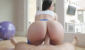 Bootylicious brunette in yoga pants gets sodomized