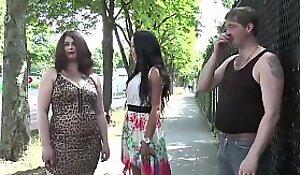 Jeny, brunette salope, se fait prendre par deux mecs